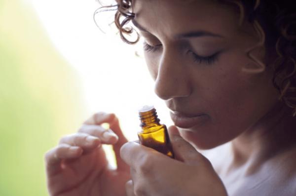 Девушка с флаконом эфирного масла