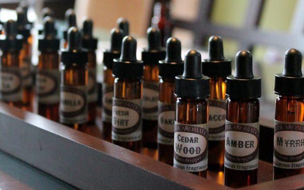 Эфирные масла в тёмных бутылочках