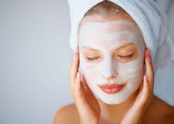Увлажняющая кефирная маска на лице девушки
