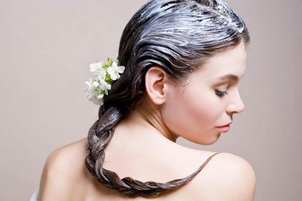 Кефирная маска на волосах девушки