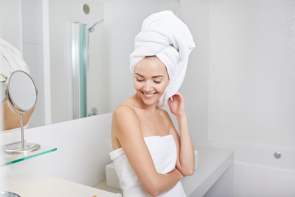 Девушка с полотенцем на лице