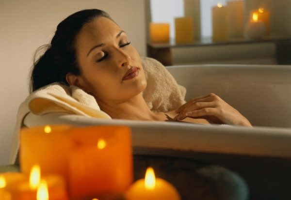Женщина, принимающая ванну