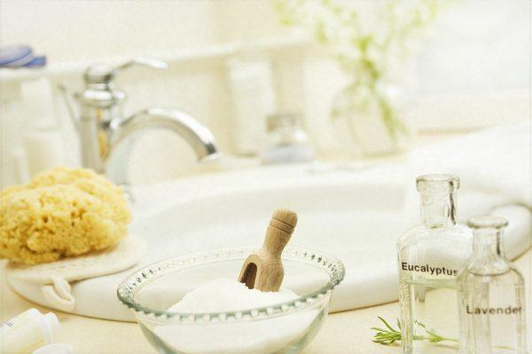 Пузырьки с маслами, морская соль в ванной комнате