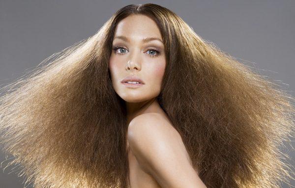 Женщина с распушёнными волосами