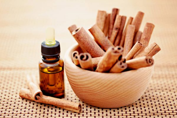 эфирное масло и палочки корицы