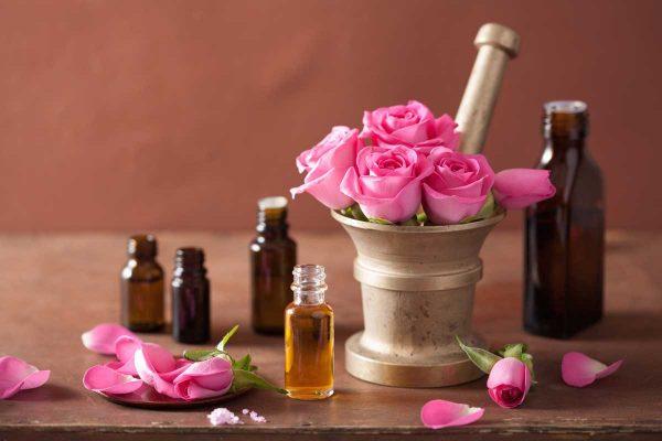 Лепестки розы в ступке