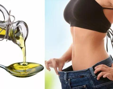 Оливковое масло и девушка в джинсах