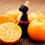 Пузырёк с маслом в окружении апельсинов