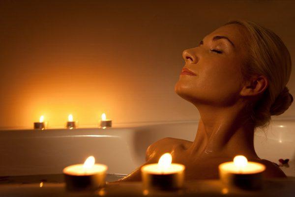 женщина принимает расслабляющую аромаванну