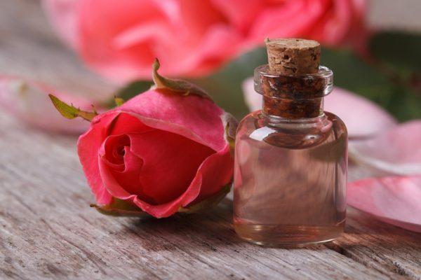 Роза и масло на столе