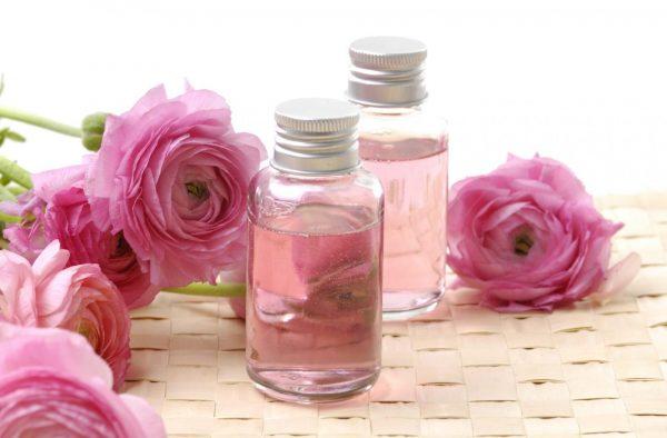 Розовые розы и масло на столе