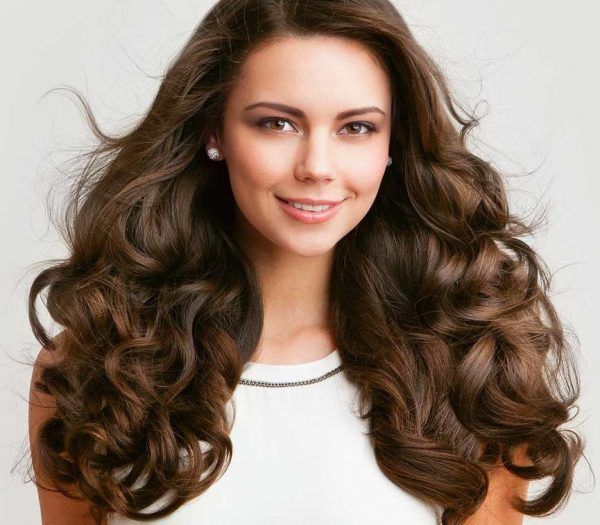 Девушка с красивыми густыми волосами