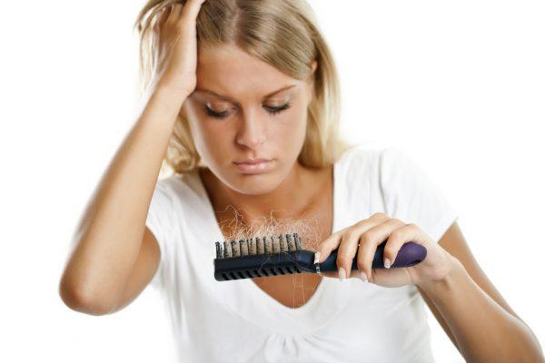 Девушка с расчёской в руках