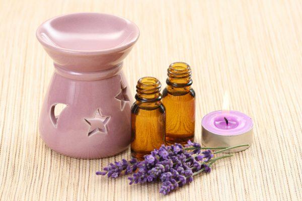 Аромалампа, масло и цветы лаванды