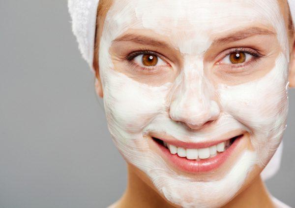 Девушка с маской с эфиром жасмина на лице