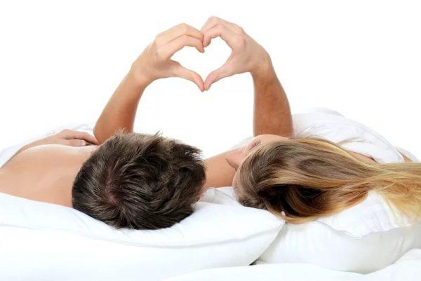 Влюбленные лежат на подушках