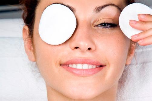 Девушка закрывает глаза ватными дисками