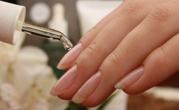 Нанесение масла на кутикулу и ногтевую пластину