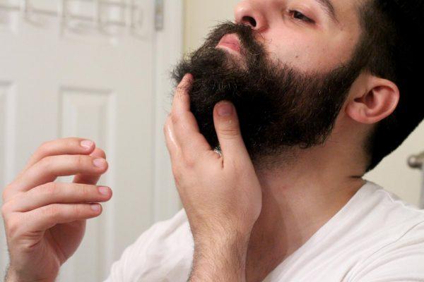 Нанесение репейного масла на бороду