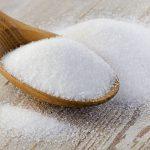 Сахар в ложке на столе