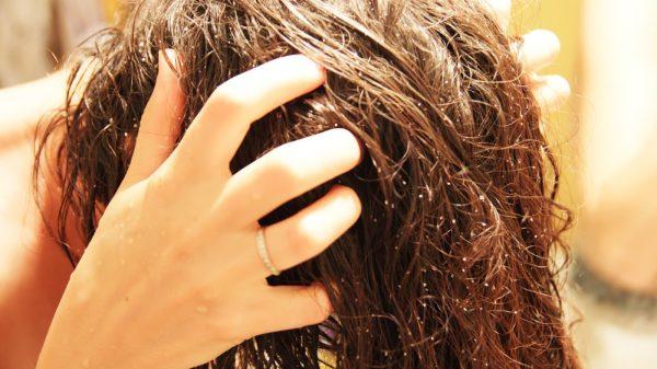 Девушка делает массаж головы с соляным скрабом