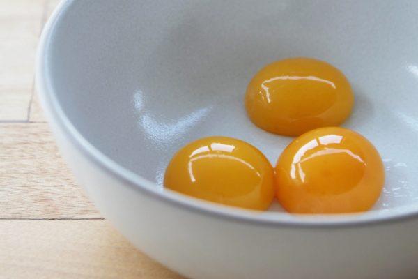 Три яичных желтка в миске