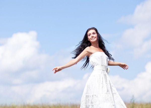 Девушка в белом платье на фоне голубого неба