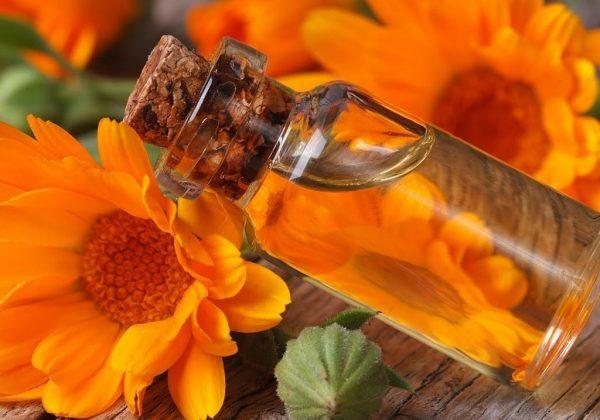 Масло календулы в прозрачном флаконе