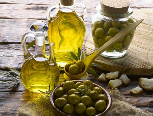 Оливковое масло в прозрачном кувшине