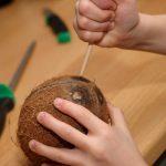 Пробивание дырки в кокосе