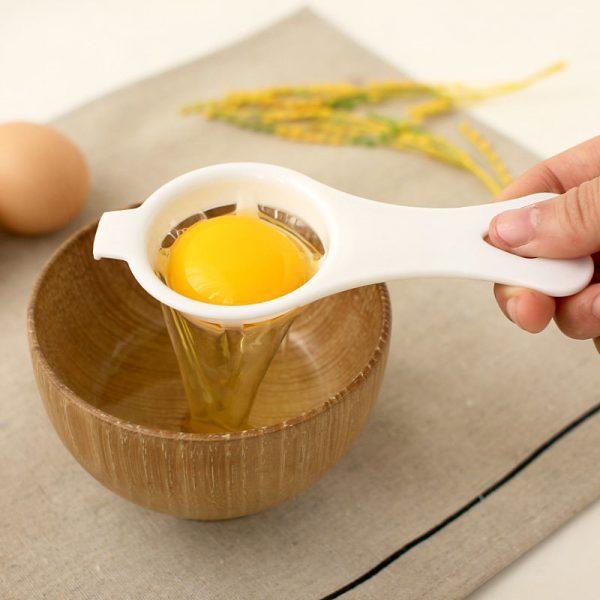 Отделение яичного желтка с помощью специального приспособления