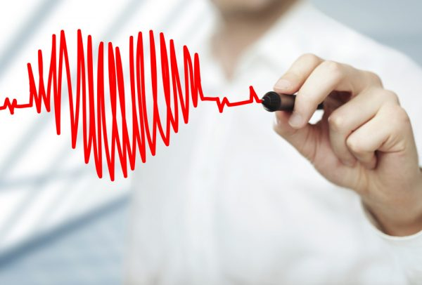 Врач рисует маркером сердце