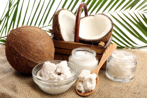 Кокосовое масло и орехи на мешковине