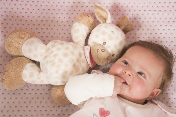 Ребенок рядом с мягкой игрушкой