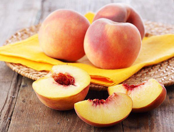 Персики на блюде