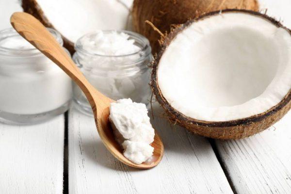 кокосовое масло на ложке