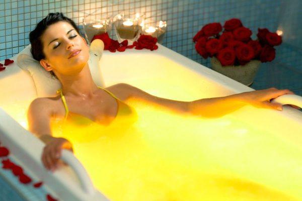 девушка наслаждается в ванне