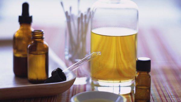 Эфирное масло в бутылке
