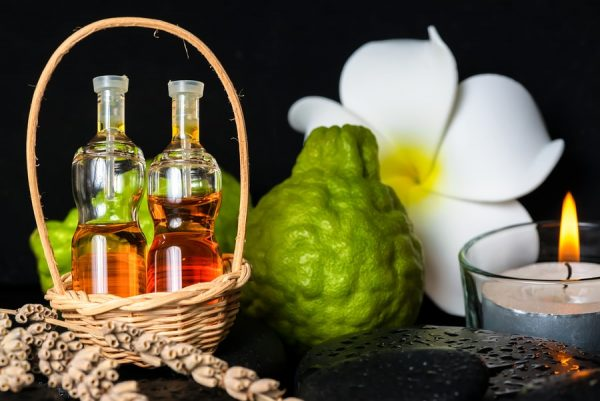 Масло бергамота в прозрачных флаконах, бергамот, свеча