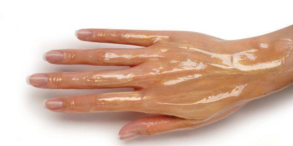 Рука с нанесённым маслом