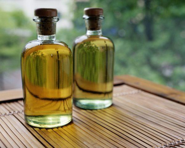 Масло иланг-иланга в прозрачной бутылочке