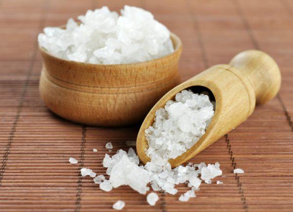 Морская соль в деревянной пиале