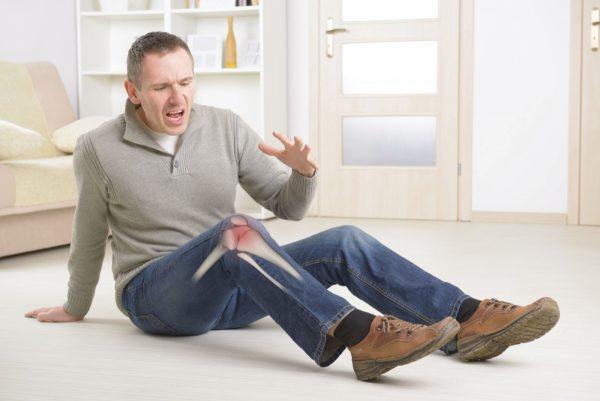 Мужчина с больной ногой