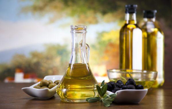 Оливковое масло в прозрачном графине
