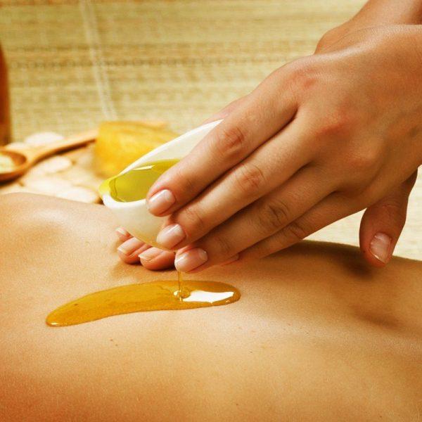 Нанесение оливкового масла на кожу