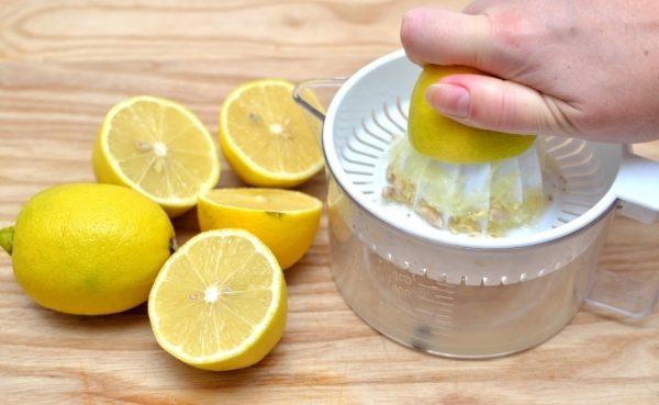 Процесс выжимания сока из лимона