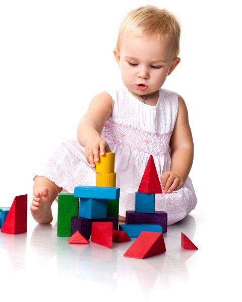 Ребёнок складывает кубики