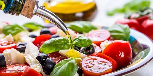 Салат заправляют маслом