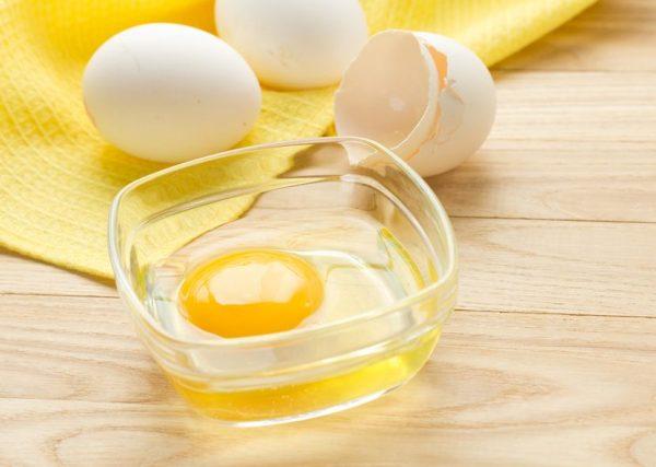 Сырой желток с белком в прозрачной пиале