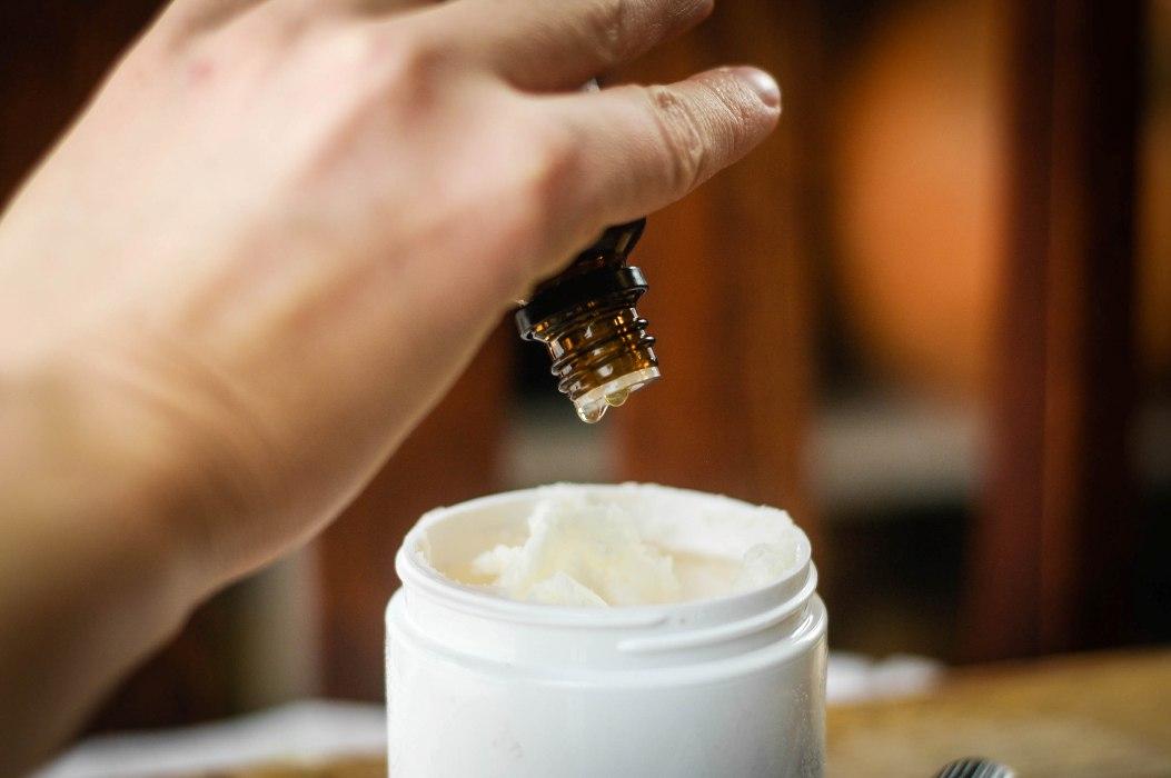 Соедините витамин е, масло облепихи и какао и добавьте в смесь эфирные масла.
